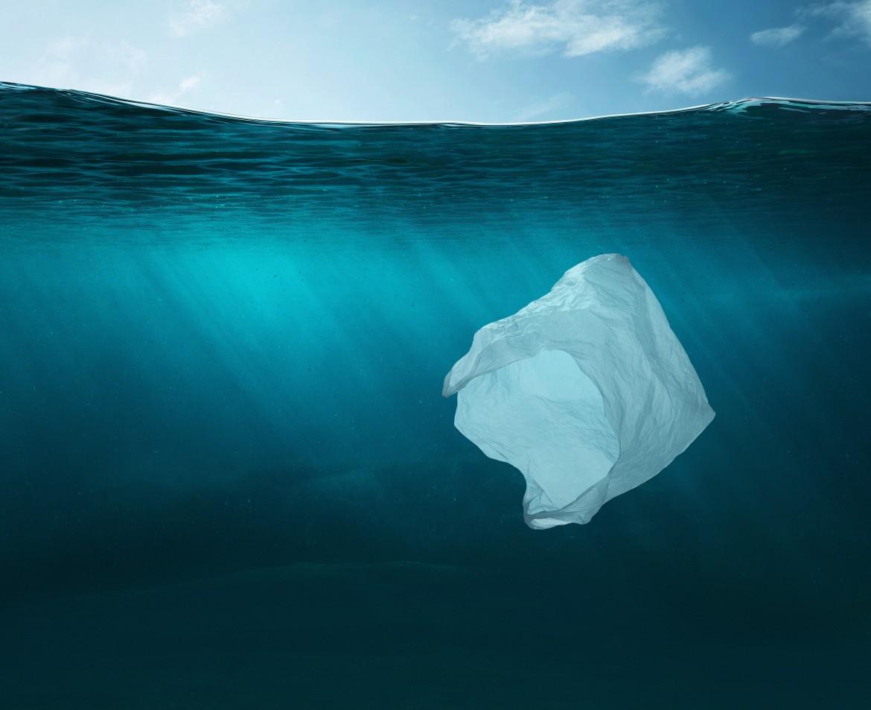 bolsa plástico en mar